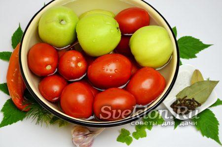 помидоры и яблоки промыть в прохладной воде
