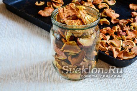 сушеные яблоки укладываем в стеклянные банки