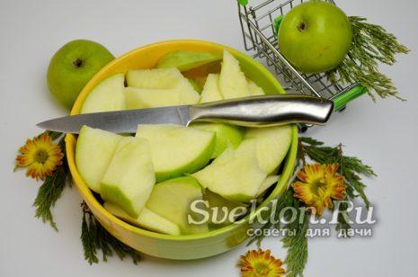 яблоки нарезать четвертинками