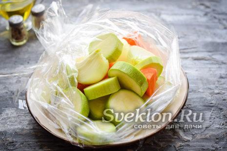 в рукав для запекания переложить подготовленные овощи