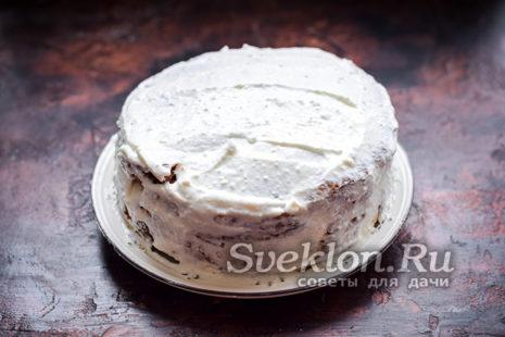 смазываем весть торт кремом и убираем в холодильник