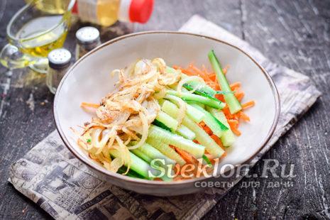 лук со сковороды переложить в миску ко всем ингредиентам