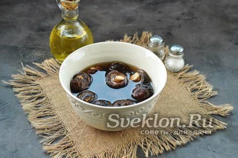 Сушеные грибы залейте кипящей водой, накройте крышкой, дайте им набухнуть