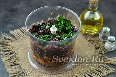 Сложите в блендер обжаренные овощи с грибами, вареную фасоль, свежую зелень, соль, перец