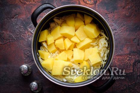 нарезаем картофель и добавляем к капусте