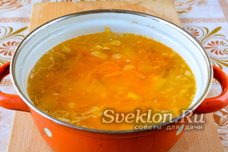 добавляем обжаренные лук морковь в щи, как только картофель станет мягче