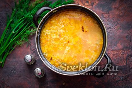 обжаренные овощи с фасолью добавляем в кастрюлю с картофелем и капустой