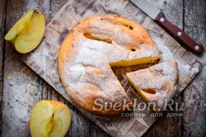 Пышная шарлотка с яблоками на кефире