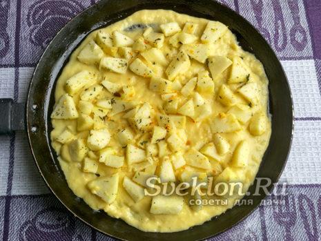 выложить в форму тесто и яблоки