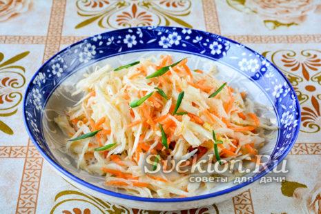 готовую маринованную капусту перекладываем в блюдо для сервировки