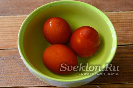 после варки переложить яйца в холодную воду