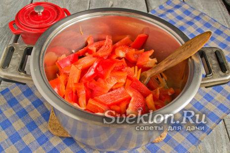 нарезать красный болгарский перец и добавить к овощам