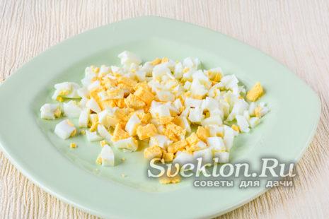 сваренные яйца мелко порубить