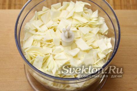 капусту нарезать и переложить в блендер