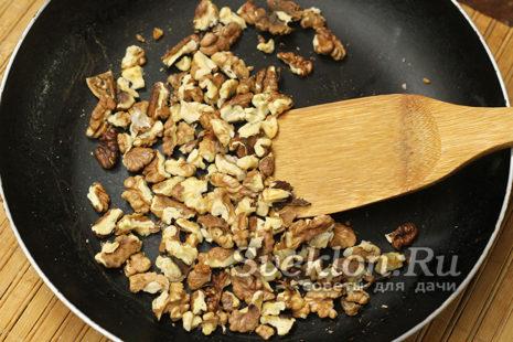 ядра грецкого ореха порубить ножом и обсушить на сковороде