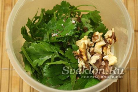 лук, чеснок, зелень и орехи перемолоть в блендере