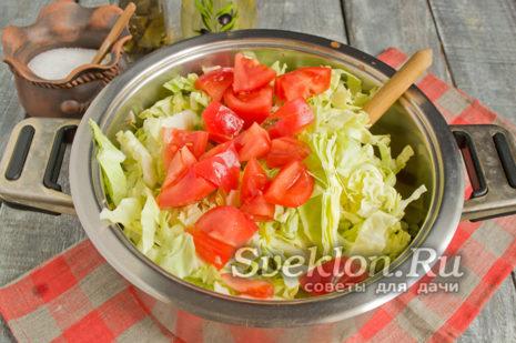 затем добавляем нарезанные кубиками томаты