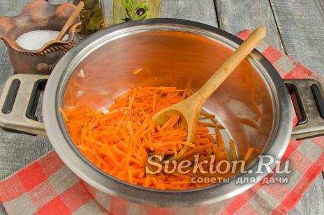 морковь скоблим ножом для чистки овощей, затем нарезаем мелко