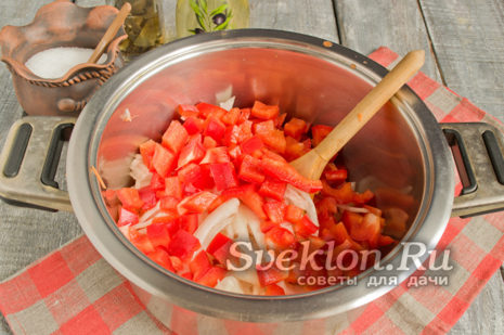 перец чистим от семечек, мякоть режем кубиками и добавляем к овощам