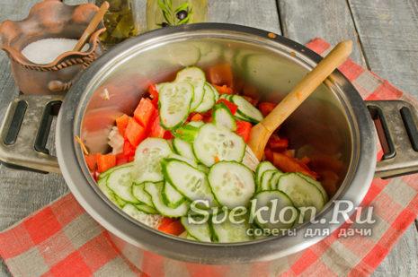 режем огурцы кругляшками и добавляем к овощам