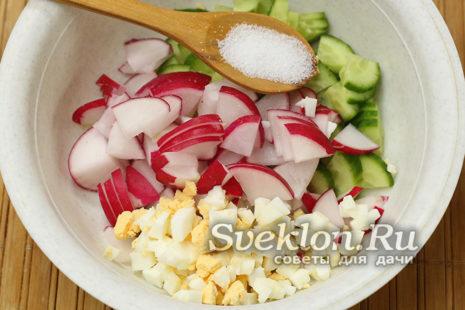 соединить ингредиенты в миске и добавить соль