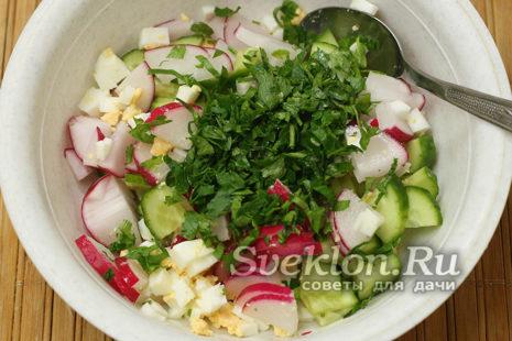 зелень нарезать и добавить в салат