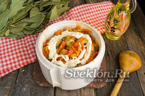 добавить майонез и измельчить овощи до однородного пюре