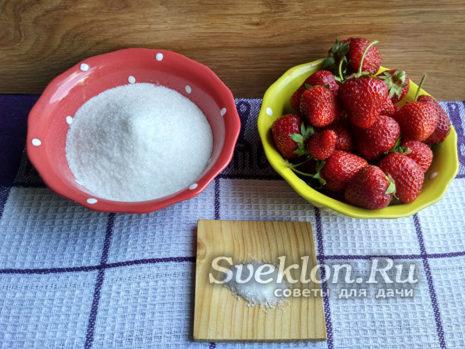 клубника и сахар для компота