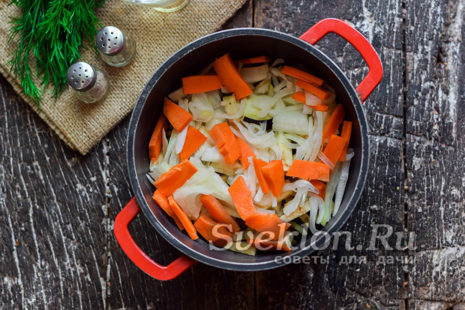 переложить овощи в кастрюлю и добавить нарезанные лук и морковь