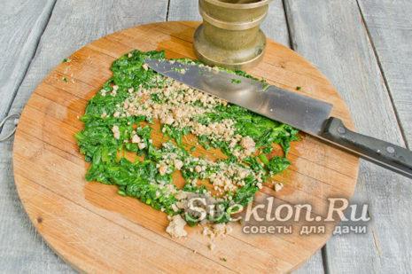 отжатый шпинат мелко порубить, грецкие орехи подсушить и мелко порубить