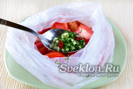 помидоры нарезать и уложить в пакет, добавить специи