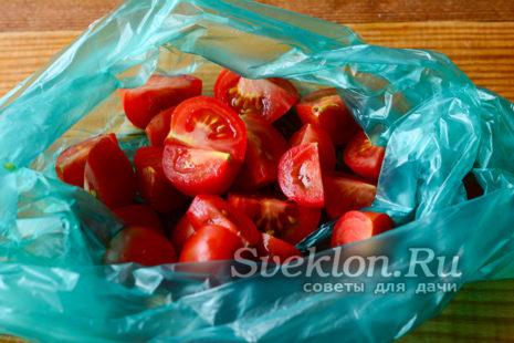 переложить помидоры в пакет