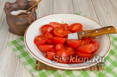 помидоры разрезать пополам и переложить в глубокую миску