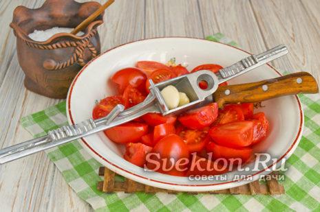 добавить измельченный чеснок к томатам