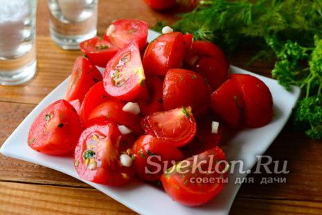 малосольные помидоры переложить на блюдо