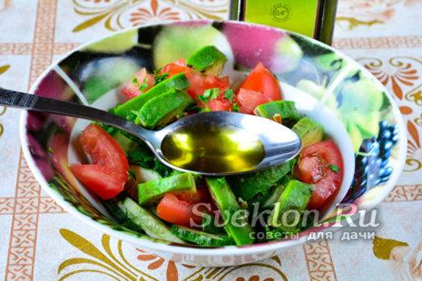 дольками нарезаем авокадо и добавляем оливковое масло, солим и перчим