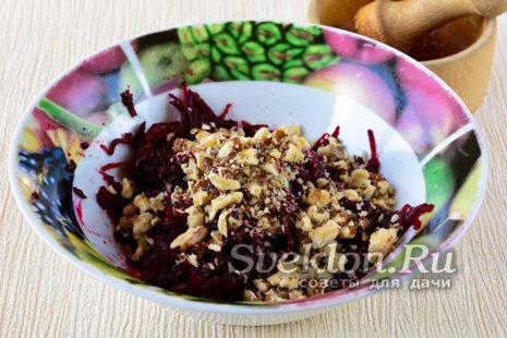 грецкие орехи потолочь и добавить в салатник