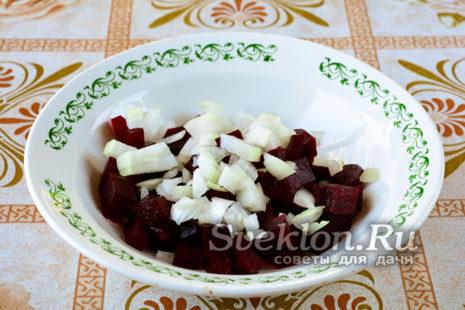 лук нарезать мелкими кубиками и добавить в салат