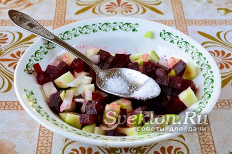 добавить соль и перемешать салат