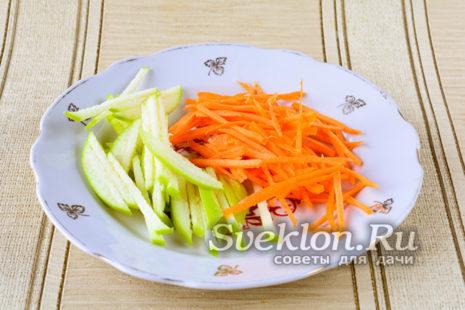 морковь натереть на терке, яблоки нарезать тонкой соломкой
