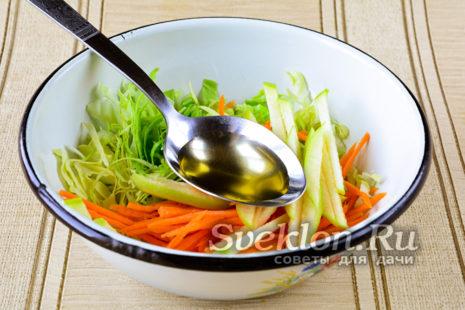 в салат добавить оливковое масло, соль, сахар и специи