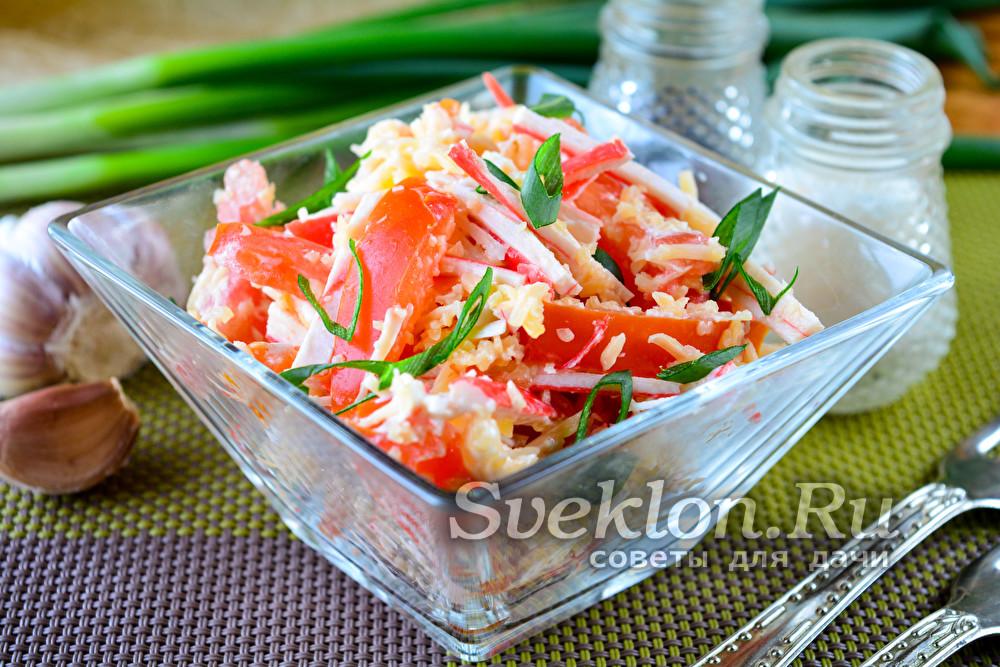 Салат с крабовыми палочками, помидорами, чесноком и сыром