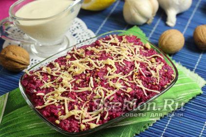 Салат из свёклы с чесноком, сыром и майонезом