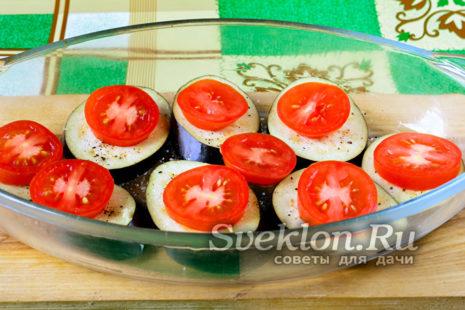 на каждый кружок баклажан сверху кладем кружок помидора