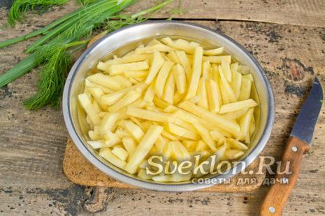 картофель нарезать дольками и отварить