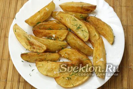 добавить к картофелю зелень и чеснок