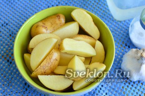 картофель промыть, подсушить и нарезать дольками