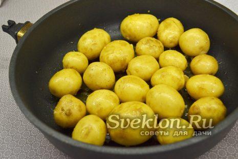 обжарить картофель на сковороде или выложить в форму для запекания