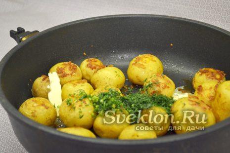 к картофелю добавить сливочное масло и укроп