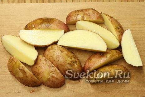 картофель промыть и нарезать дольками